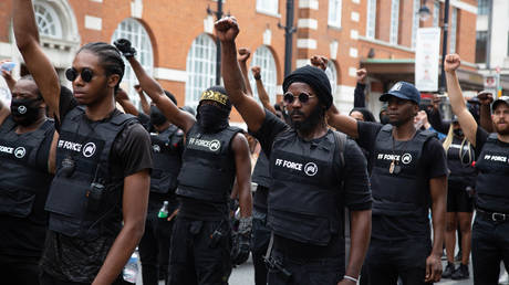 Members of FF Force AKA Forever Family chant slogans outside Brixton town hall during the annual Emancipation day. © Getty Images / Thabo Jaiyesimi/SOPA Images/LightRocket