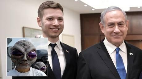 Israeli Prime Minister Benjamin Netanyahu (L) and his son Yair. © Reuters / Alexei Nikolskyi; People in alien costumes. © Reuters / Scott Morgan