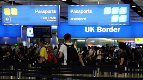 UK Border control is seen in Terminal 2 at Heathrow Airport in London © REUTERS/Fabrizio Bensch