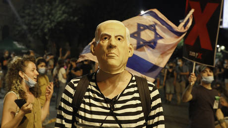 A protester, wearing a mask of Israeli Prime Minister Benjamin Netanyahu, takes part in anti-government demonstration in Jerusalem. © AFP / Ahmad Gharabli