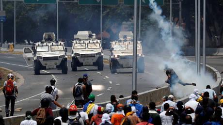 Opposition demonstrators face military vehicles near an airbase in Caracas, Venezuela April 30, 2019 © Reuters / Carlos Garcia Rawlins
