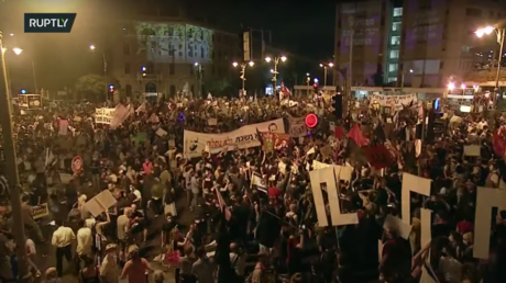 WATCH thousands of protesters surround Israel PM Benjamin Netanyahu