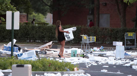 Cleanup on aisle 6... Best Buy parking lot after a night of looting in Chicago © AFP / Scott Olson