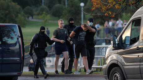 Belarusian law enforcement officers detain men during a rally of opposition supporters following the presidential election in Minsk, Belarus August 10, 2020.  © REUTERS/Vasily Fedosenko