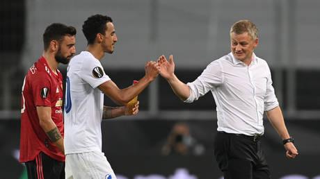 Manchester United manager Ole Gunnar Solskjaer shakes hands with Copenhagen captain Zeca. © Reuters