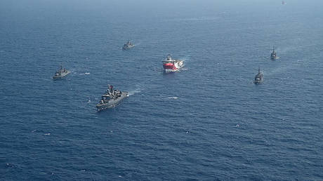 Survey ship 'Oruc Reis' escorted by Turkish warships in the Mediterranean Sea on August 10, 2020.  © Turkish Defense Ministry / AFP