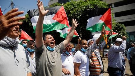 Palestinians take part in a protest against the United Arab Emirates' deal with Israel, in Nablus in the Israeli-occupied West Bank, August 14, 2020. © Reuters / Raneen Sawafta