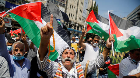 Palestinians take part in a protest against the United Arab Emirates' deal with Israel to normalize relations, in Nablus in the Israeli-occupied West Bank, August 14, 2020. © Reuters / Raneen Sawafta