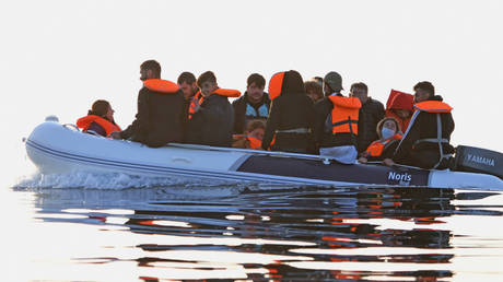FILE PHOTO: A dingy carries a group of migrants is escorted to the English Border Force by a French patrol boat on the English Channel, 12 miles from Dover on May 27, 2020 at sea © Getty Images / Steve Finn
