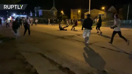 An alleged shooter falls to the ground after being chased by a mob in Kenosha, Wisconsin, August 25, 2020 © Ruptly