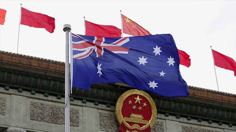 FILE PHOTO: An Australian flag in front of the Great Hall of the People in Beijing, China, April 14, 2016. © REUTERS/Jason Lee