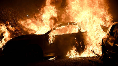 Cars burn in a lot as protests turn to fires after a Black man was shot several times by police in Kenosha, Wisconsin, U.S. August 24, 2020 © REUTERS/Stephen Maturen