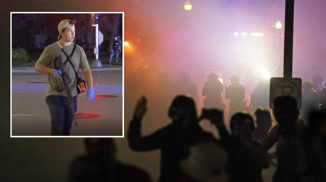 Clashes in front of Kenosha County Courthouse late on Tuesday. © AP Photo/David Goldman; inset: Kyle Rittenhouse. © Ruptly