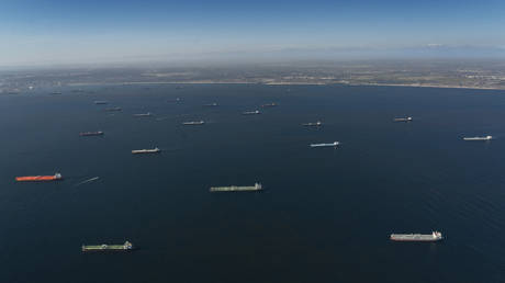 FILE PHOTO: Oil tankers sitting off the coast of Southern California, US © AFP / Aidan Cooney