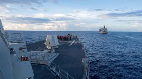 FILE PHOTO: The USS Dewey in the South China Sea on May 19, 2017 © Kryzentia Weiermann/Courtesy U.S. Navy/Handout via REUTERS