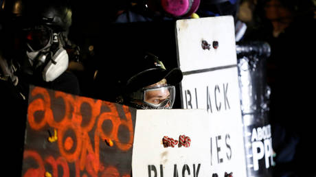 Demonstrators confront police in Portland, Oregon, U.S., August 23, 2020. © REUTERS/Terray Sylvester