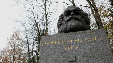 The grave of German philosopher and economic theorist Karl Heinrich Marx, remembered as the founder of modern Socialism and Communism, stands on November 19, 2012 in Highgate Cemetery in London, England © Getty Images / Adam Berry
