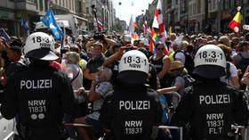 Η αστυνομία του Βερολίνου υπόσχεται να διαλύσει το ράλι κατά της κλειδαριάς που έχει καταστραφεί από πολλαπλές συγκρούσεις (VIDEO)