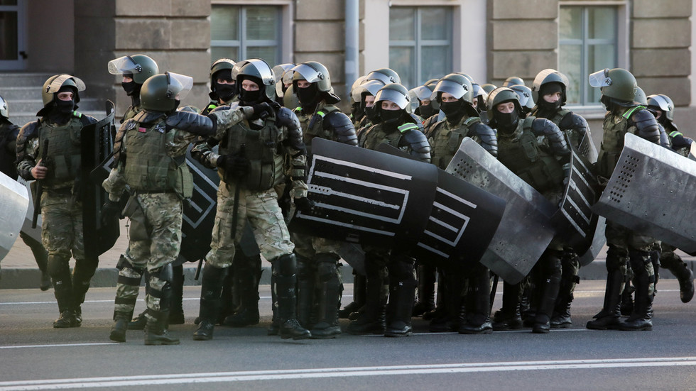 Belarusian police mace protesters & fire warning shot amid clashes at anti-Lukashenko rally in Brest (VIDEOS)