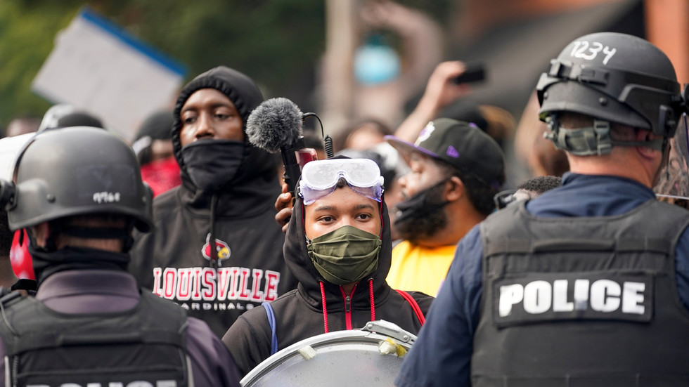 WATCH: BLM protesters prepare riot shields & 'ABOLISH POLICE' signs following Breonna Taylor charges announcement