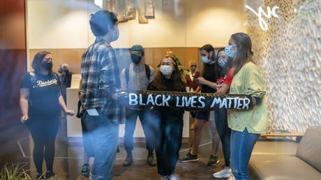 Protesters block entry to Mayor Wheeler's apartment building in Portland © AFP / Nathan Howard
