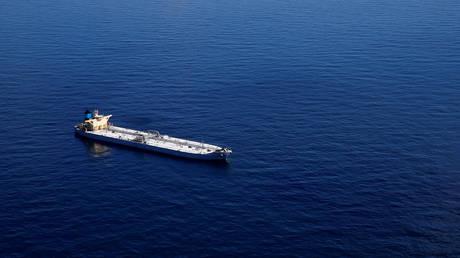FILE PHOTO: The Suezmax sized oil tanker Karvounis off the coast of Louisiana. the US © Reuters / Jonathan Bachman
