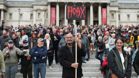 Anti-lockdown protesters, who believe that the coronavirus pandemic is a hoax, gather at the 'Unite For Freedom' rally in Trafalgar Square, London. © Getty Images/Yui Mok/PA Images