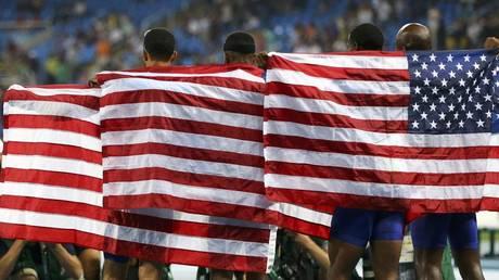 US Olympic relay team celebrate with flags © REUTERS / Ivan Alvarado