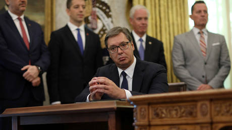 Aleksandar Vucic listens as Donald Trump speaks during a signing ceremony with Avdullah Hoti. ©REUTERS / Leah Millis
