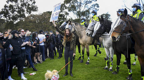 FILE PHOTO: Anti-lockdown protesters confront police at the Shrine of Remembrance in Melbourne © AFP / William WEST