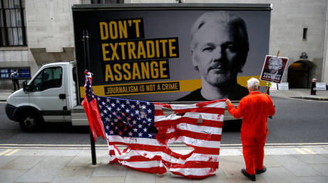 Un partisan manifeste devant l'Old Bailey à Londres avant une audience pour décider si Julian Assange doit être extradé vers les États-Unis.  © REUTERS / Henry Nicholls