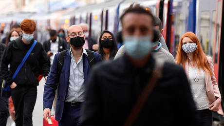 People wearing protective face masks are seen arriving at Waterloo station, London, Britain, September 7, 2020 © Reuters / Toby Melville