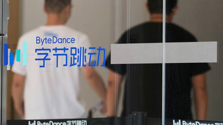 People walk past a logo of Bytedance, the China-based company which owns the short video app TikTok, or Douyin, at its office in Beijing, China July 7, 2020. © REUTERS/Thomas Suen