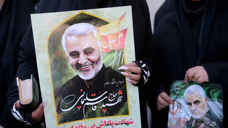 Women hold pictures of Qassem Soleimani during a funeral procession at his hometown in Kerman, Iran January 7, 2020.  © Mehdi Bolourian / Fars News Agency / WANA / Reuters