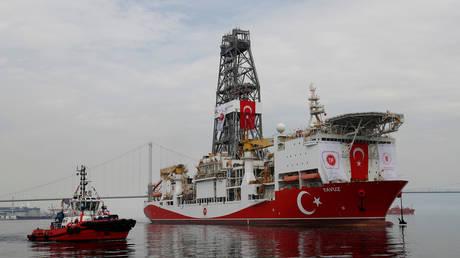 Turkish drilling vessel Yavuz sets sail in Izmit Bay, on its way to the Mediterranean Sea, off the port of Dilovasi, Turkey, June 20, 2019. © Reuters / Murad Sezer