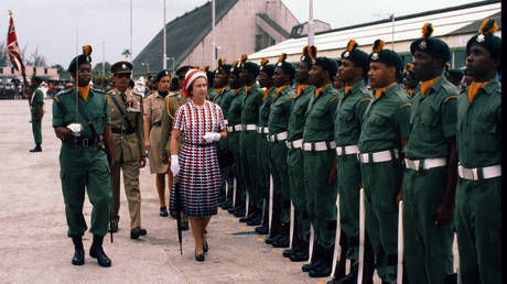 Queen Elizabeth ll inspects a guard of honour as she arrives in Barbados on October 31, 1977 in Barbados © Getty Images/Anwar Hussein
