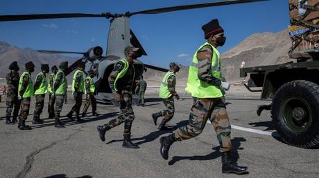 Soldiers run to load an Indian Air Force's Chinook helicopter with supplies at a forward airbase in Leh, in the Ladakh region, September 15, 2020. © Reuters / Danish Siddiqui