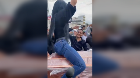 Mourning woman TWERKS ON COFFIN in bizarre Ecuadorian funeral (VIDEO) - rt