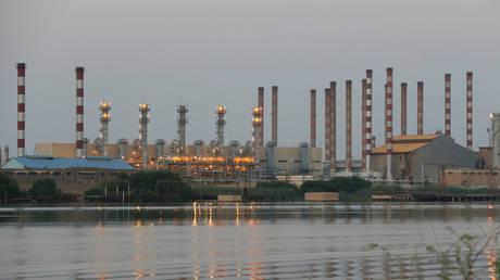 A general view of Abadan oil refinery in southwest Iran, is pictured from Iraqi side of Shatt al-Arab in Al-Faw south of Basra, Iraq, September 21, 2019. © Reuters / Essam Al-Sudani