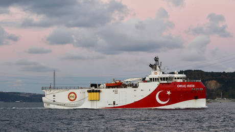 Turkish seismic research vessel Oruc Reis sails in the Bosphorus in Istanbul, Turkey, November 12, 2018. © Reuters / Yoruk Isik / File Photo