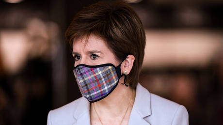First Minister of Scotland Nicola Sturgeon wears a mask as she visits New Look at Fort Kinnaird Retail Park, in Edinburgh, Scotland. June 2020. © Jeff J. Mitchell / Reuters