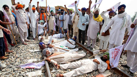 Farmers block a railway track during a protest against farm bills passed by India's parliament, in Devi Dasspura village on the outskirts of Amritsar, India, September 24, 2020. © Munish Sharma / Reuters