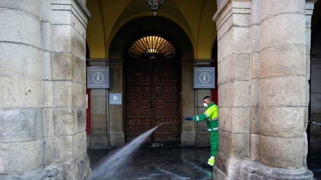 A worker of Madrid's city hall sanitizes the Plaza Mayor square during lockdown, amid the coronavirus disease outbreak, in Madrid, Spain, April 5, 2020. © Reuters / Juan Medina