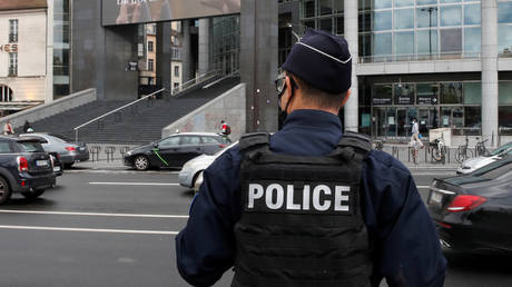 Police officer stands near the Opera Bastille in Paris where a suspect in a stabbing attack near the former offices of the magazine Charlie Hebdo has been arrested. © Reuters / Gonzalo Fuentes