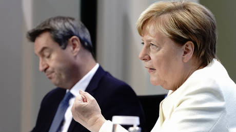 German Chancellor Angela Merkel and Bavarian federal PM Markus Soeder attend a press conference after a meeting to discuss spread of the coronavirus disease in Berlin, Germany, September 29, 2020. © Reuters / Kay Nietfeld / Pool