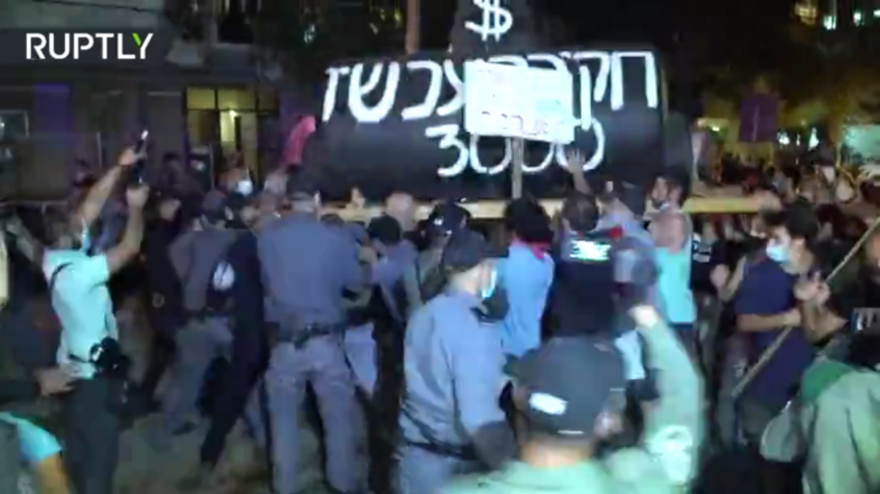 'Bibi, you are destroying my future': Anti-Netanyahu protesters defy lockdown, clash with police in Tel Aviv (VIDEO)
