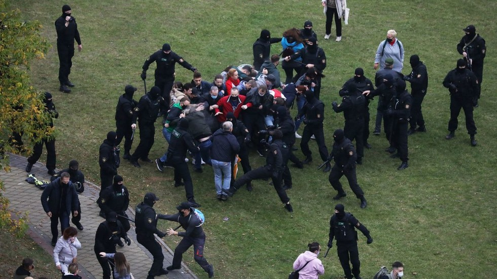 Police use stun grenades & water cannons, detain multiple journalists amid protests in Belarus (VIDEOS)