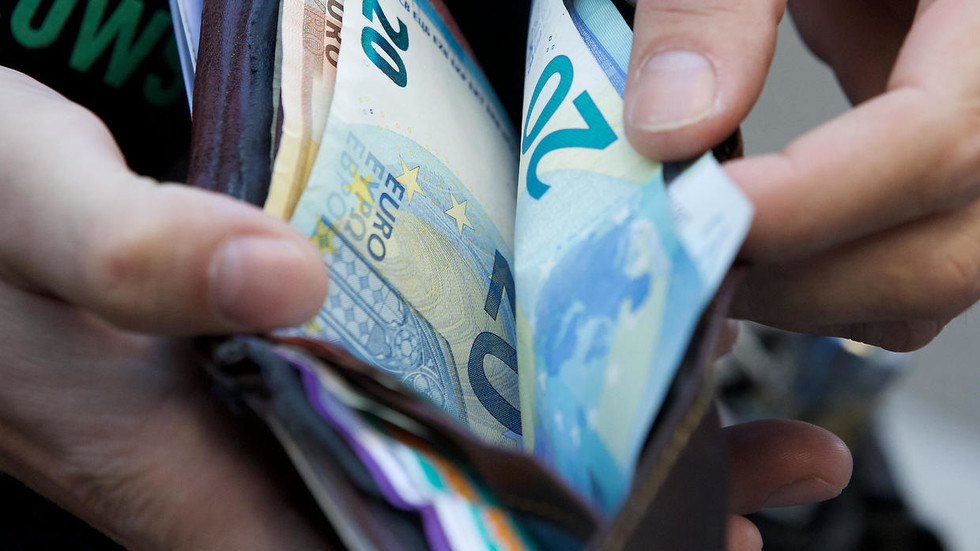 Money laundering time? Covid-19 can survive on CASH for 28 days, study claims
