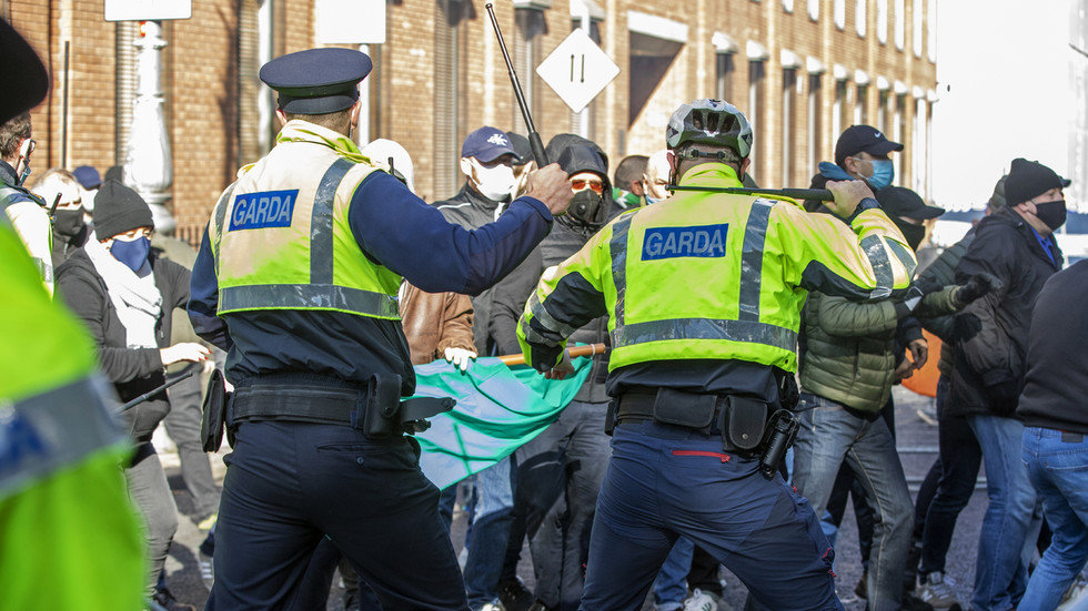 11 arrested at anti-Covid lockdown protest in Dublin, police violently clash with demonstrators (VIDEOS)