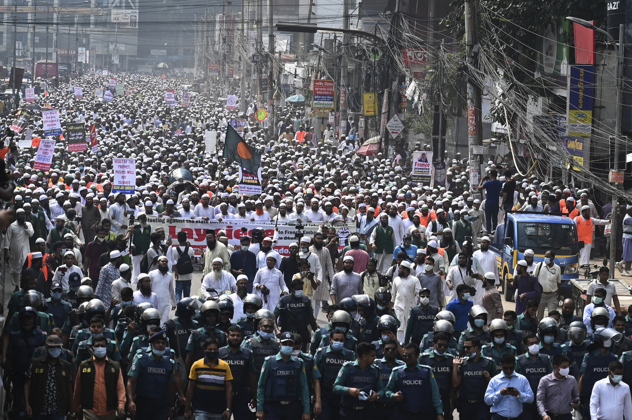 Police intervene as thousands of Islam defenders march to 'lay siege' on French embassy in Bangladesh (PHOTOS)